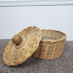 Other - Round wicker basket with lid and wooden handle